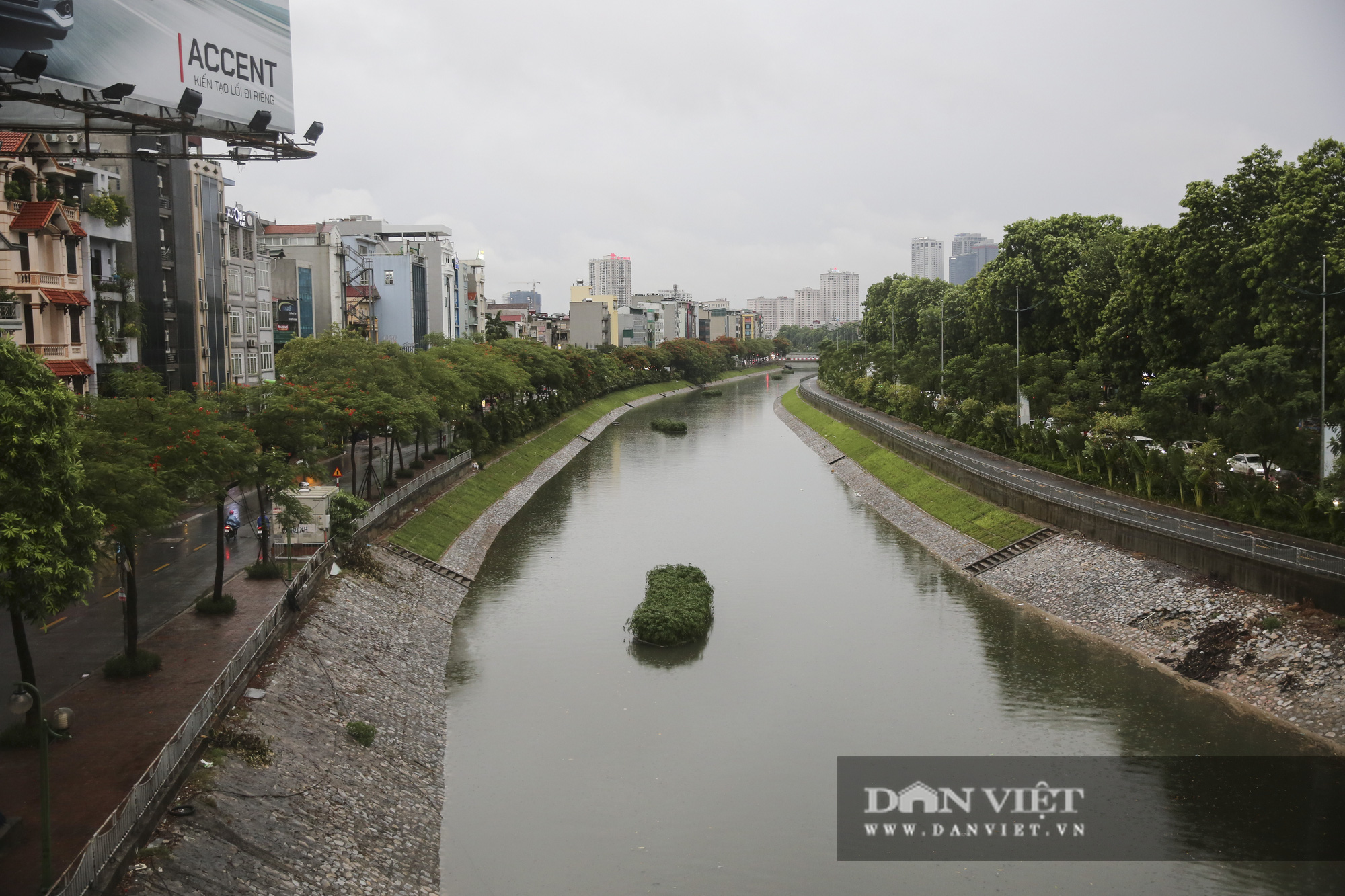 Sau bão số 2, Hà Nội mưa cả ngày khiến mực nước sông Tô Lịch bất ngờ dâng cao - Ảnh 4.