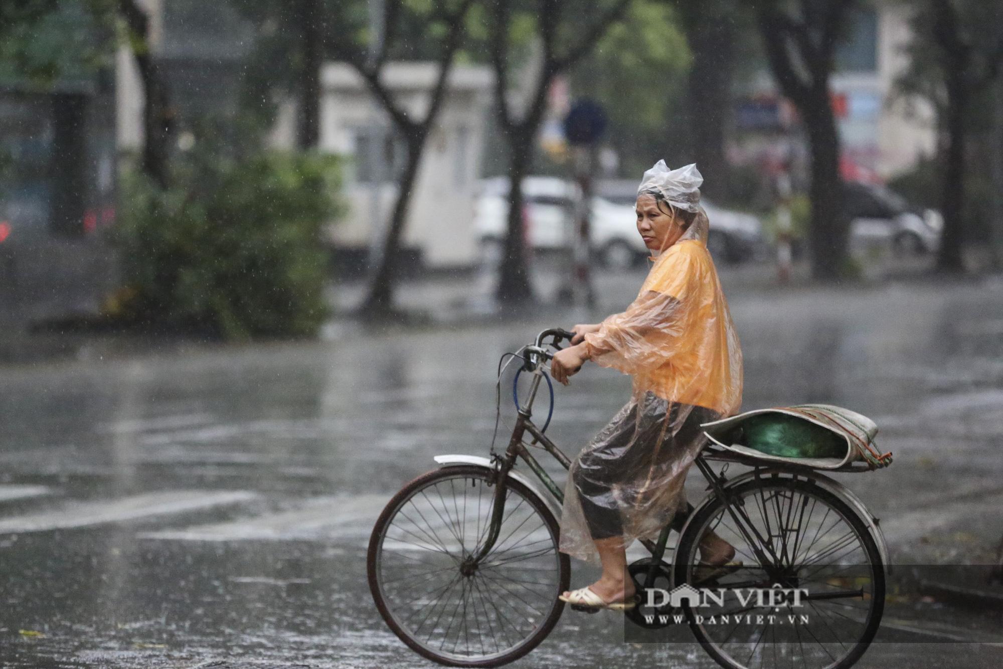 Sau bão số 2, Hà Nội mưa cả ngày khiến mực nước sông Tô Lịch bất ngờ dâng cao - Ảnh 5.
