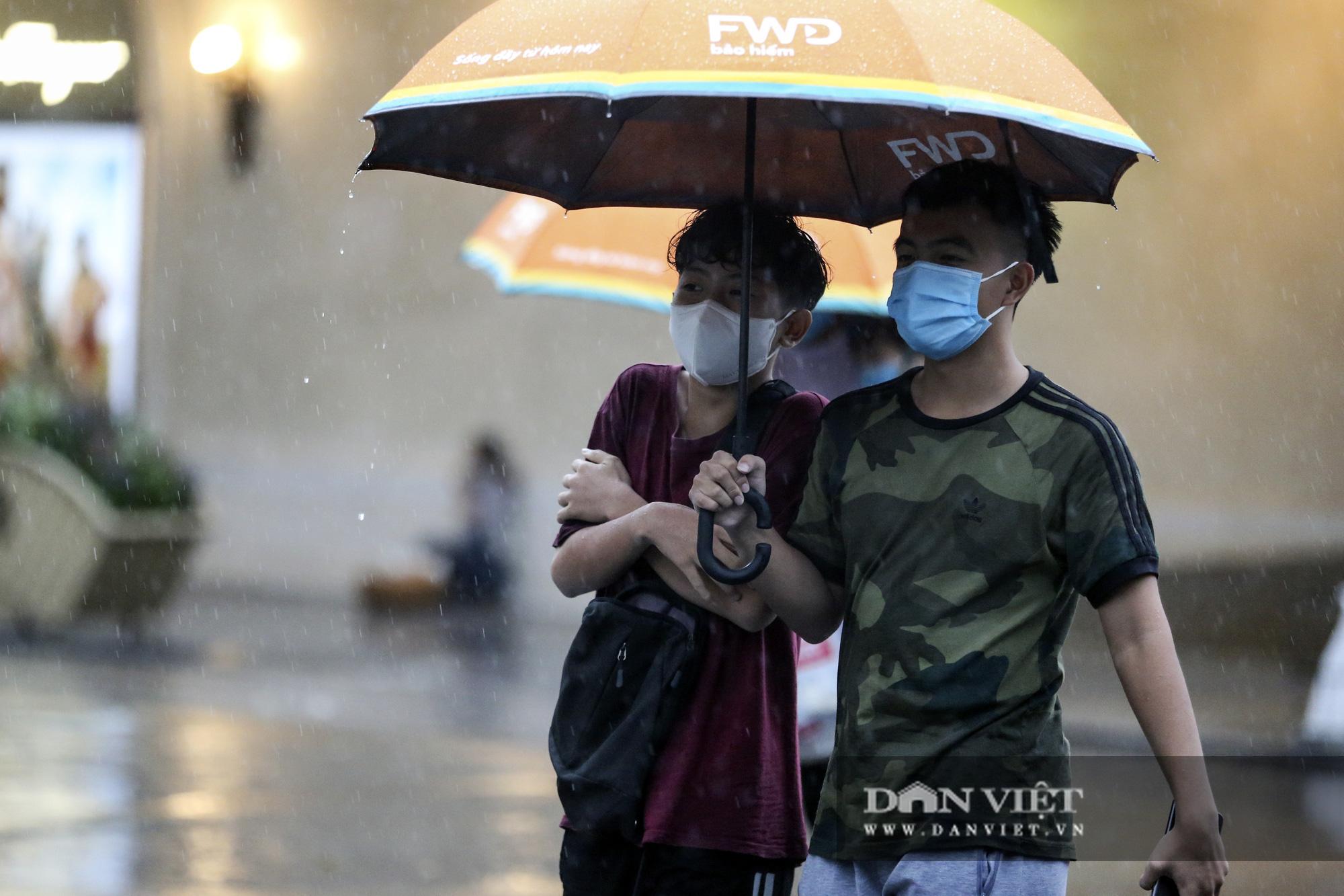 Sau bão số 2, Hà Nội mưa cả ngày khiến mực nước sông Tô Lịch bất ngờ dâng cao - Ảnh 8.