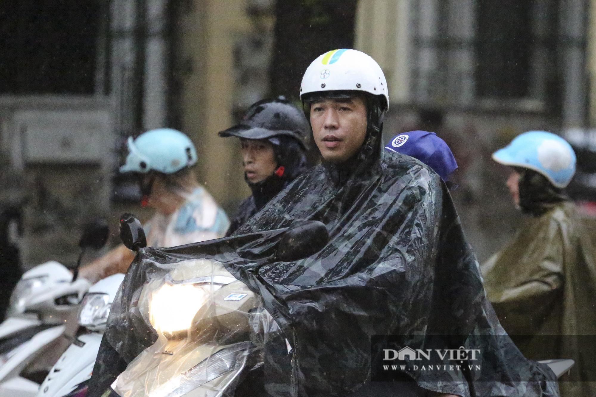 Sau bão số 2, Hà Nội mưa cả ngày khiến mực nước sông Tô Lịch bất ngờ dâng cao - Ảnh 9.