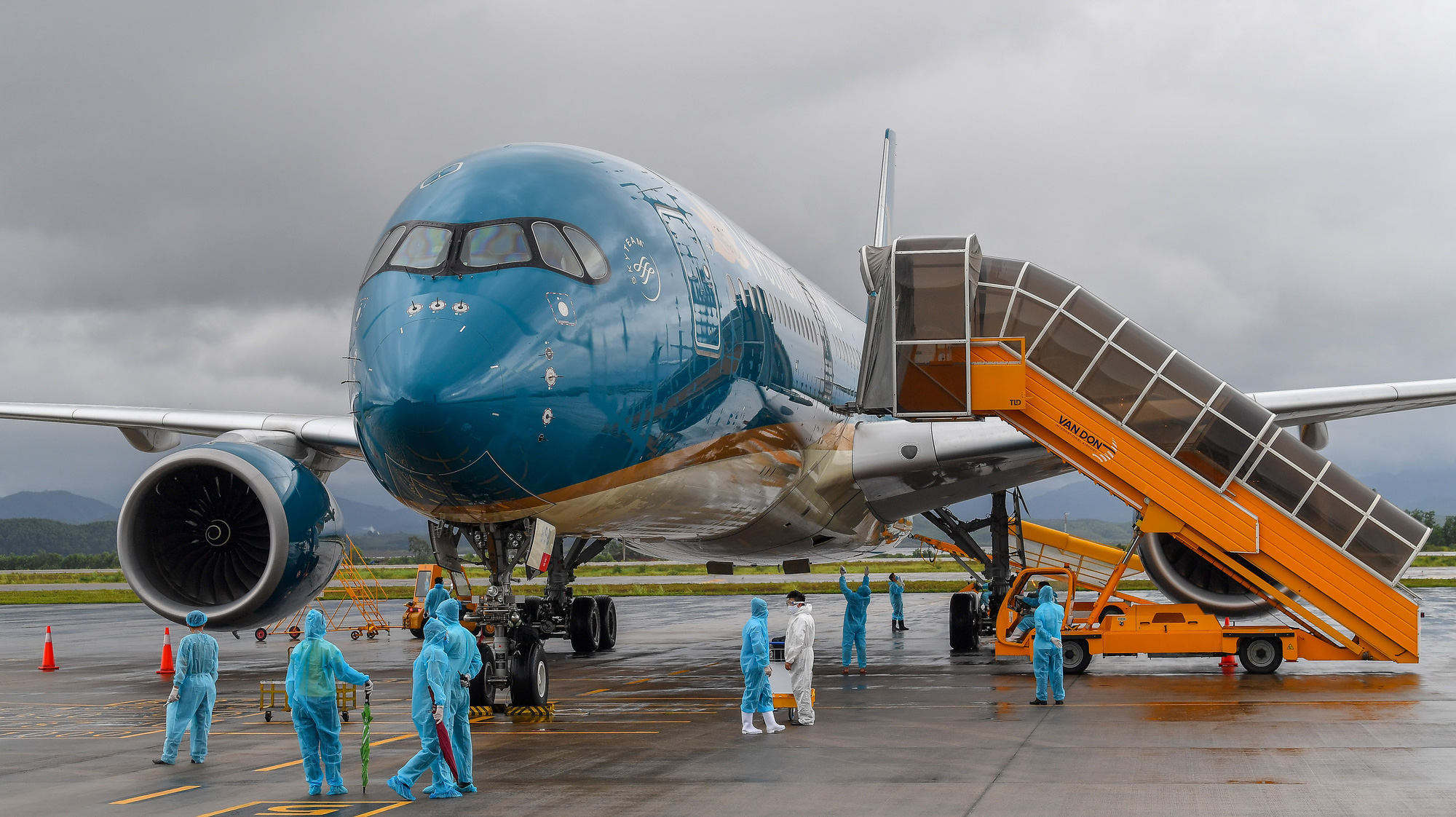 Sân bay Vân Đồn đón 278 công dân Việt Nam từ châu Âu về nước - Ảnh 1.