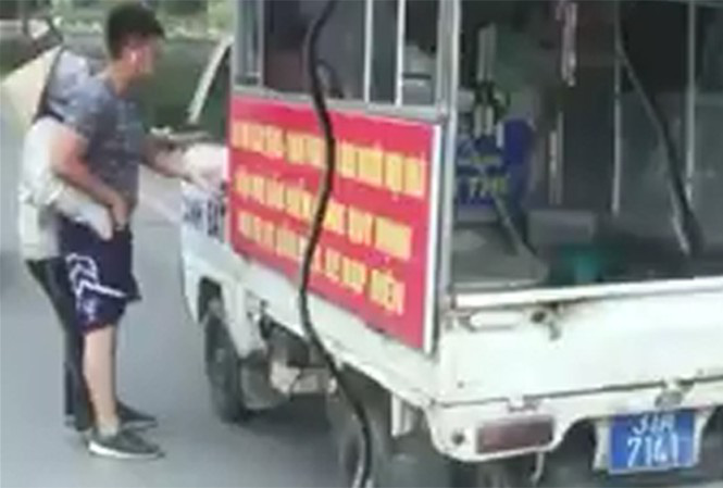 Công an phường mặc quần đùi, áo cộc đi xử lý bán hàng rong ở Hà Nội - Ảnh 2.
