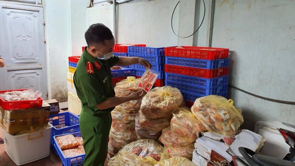 Hà Nội: Phát hiện 1.462kg thực phẩm đông không rõ nguồn gốc - Ảnh 1.