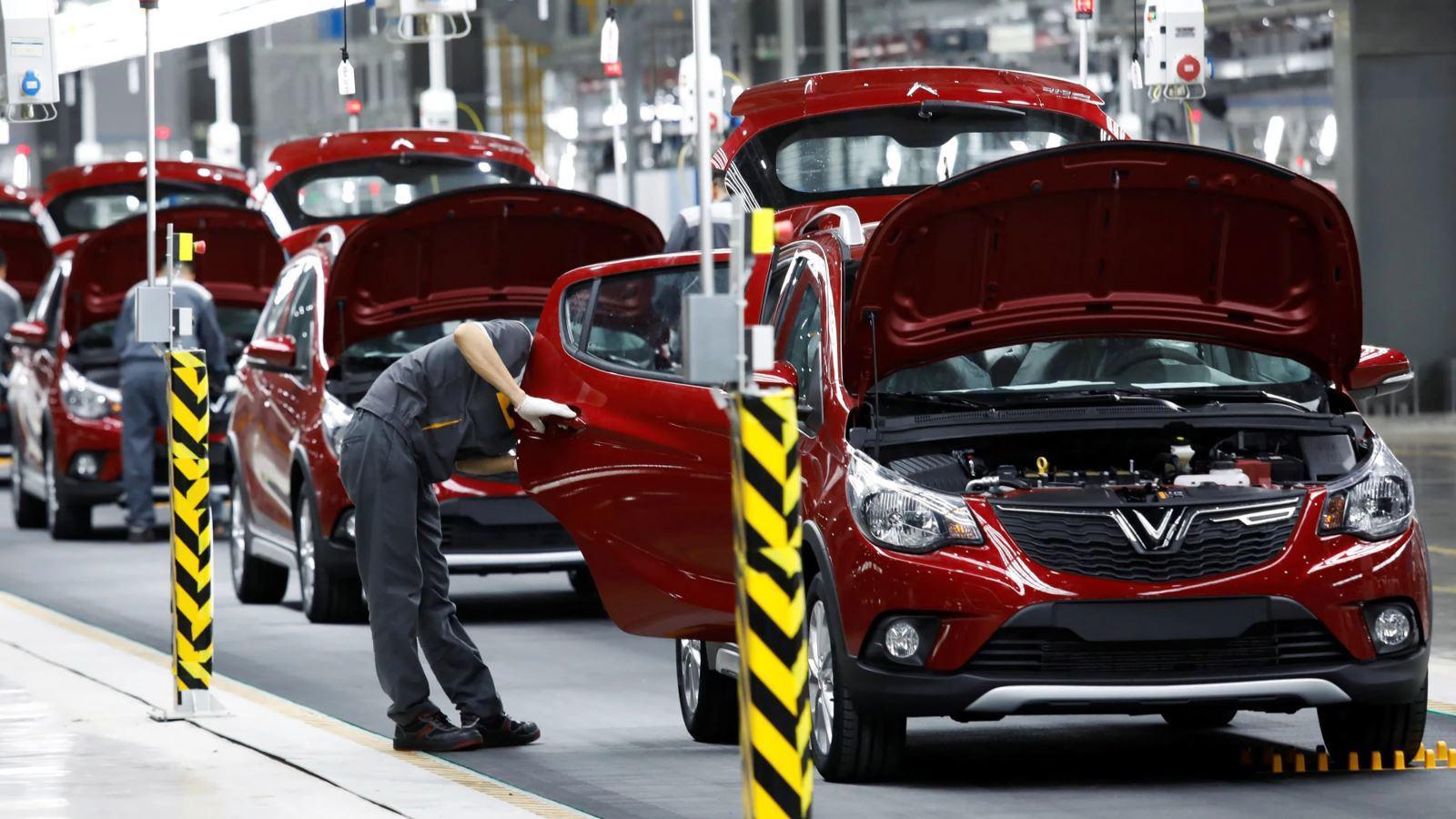 Đại lý hạ giá, nhà nước giảm thu phí: Ô tô vẫn ế đầy kho - Ảnh 2.