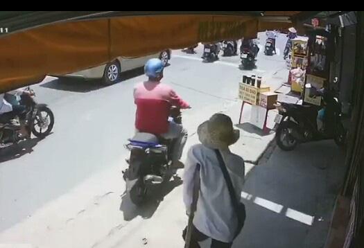 Người đàn ông đi xe tay ga vờ mua rồi cướp hết vé số của người tàn tật - Ảnh 1.