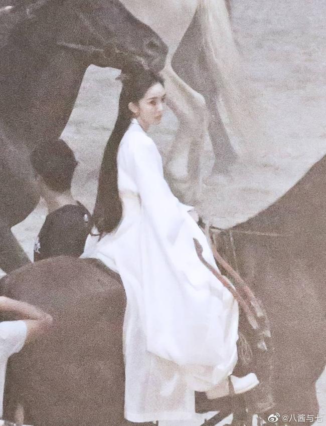 """""""Nữ hoàng cổ trang Trung Quốc"""" kiêu dũng trên lưng ngựa, lộ tạo hình trong dự án phim mới - Ảnh 2."""