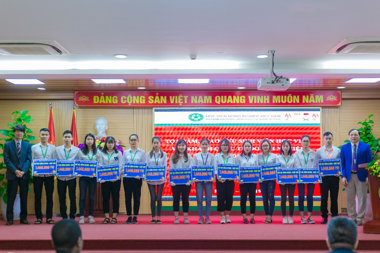 Nhiều doanh nghiệp lớn vào cuộc tặng 300 suất học bổng cho tân sinh viên Học viện Nông nghiệp Việt Nam - Ảnh 1.
