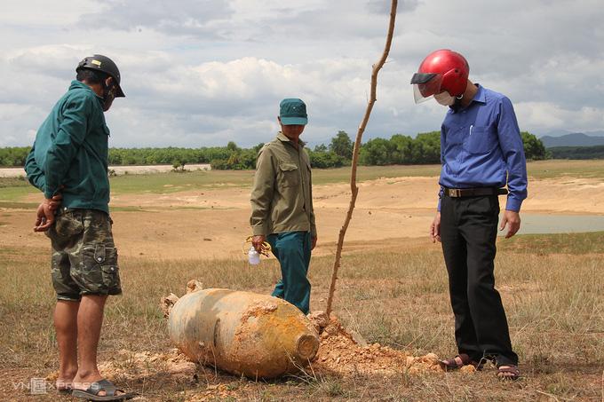 Bom nặng hơn 300 kg ở lòng hồ thủy lợi - VnExpress - Ảnh 1.