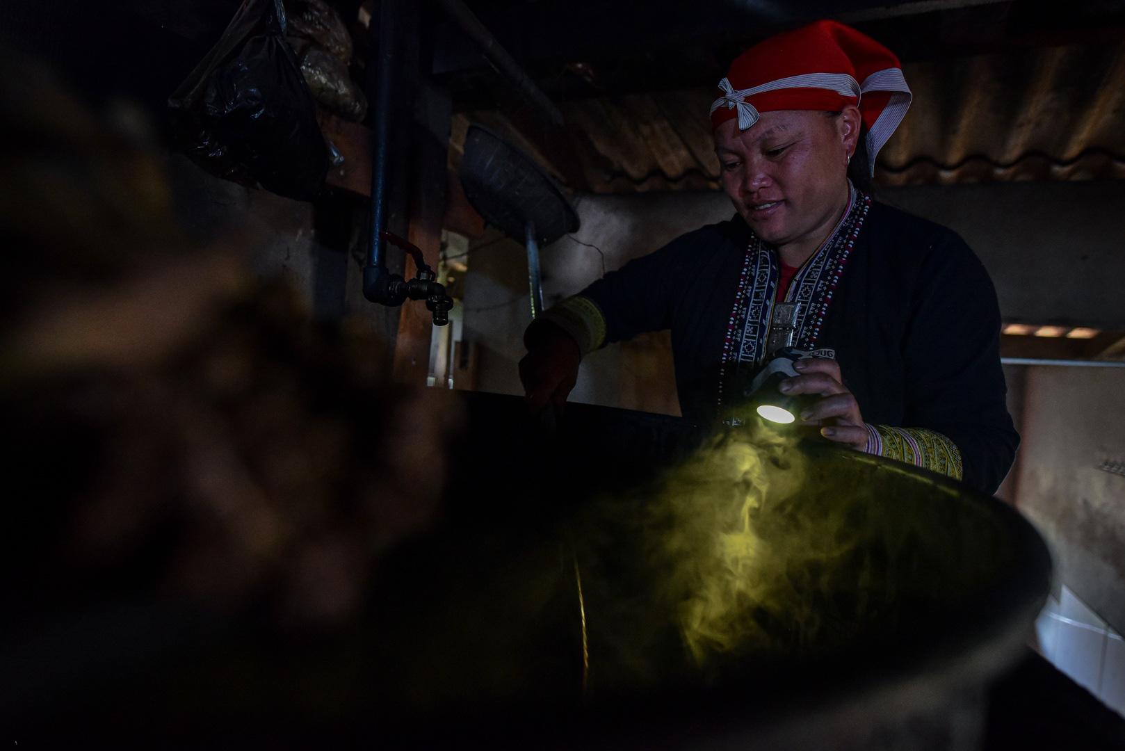 """Lào Cai: Vượt suối, băng rừng tìm 30 loại lá thuốc khác nhau về làm thuốc tắm """"thần dược"""" - Ảnh 12."""