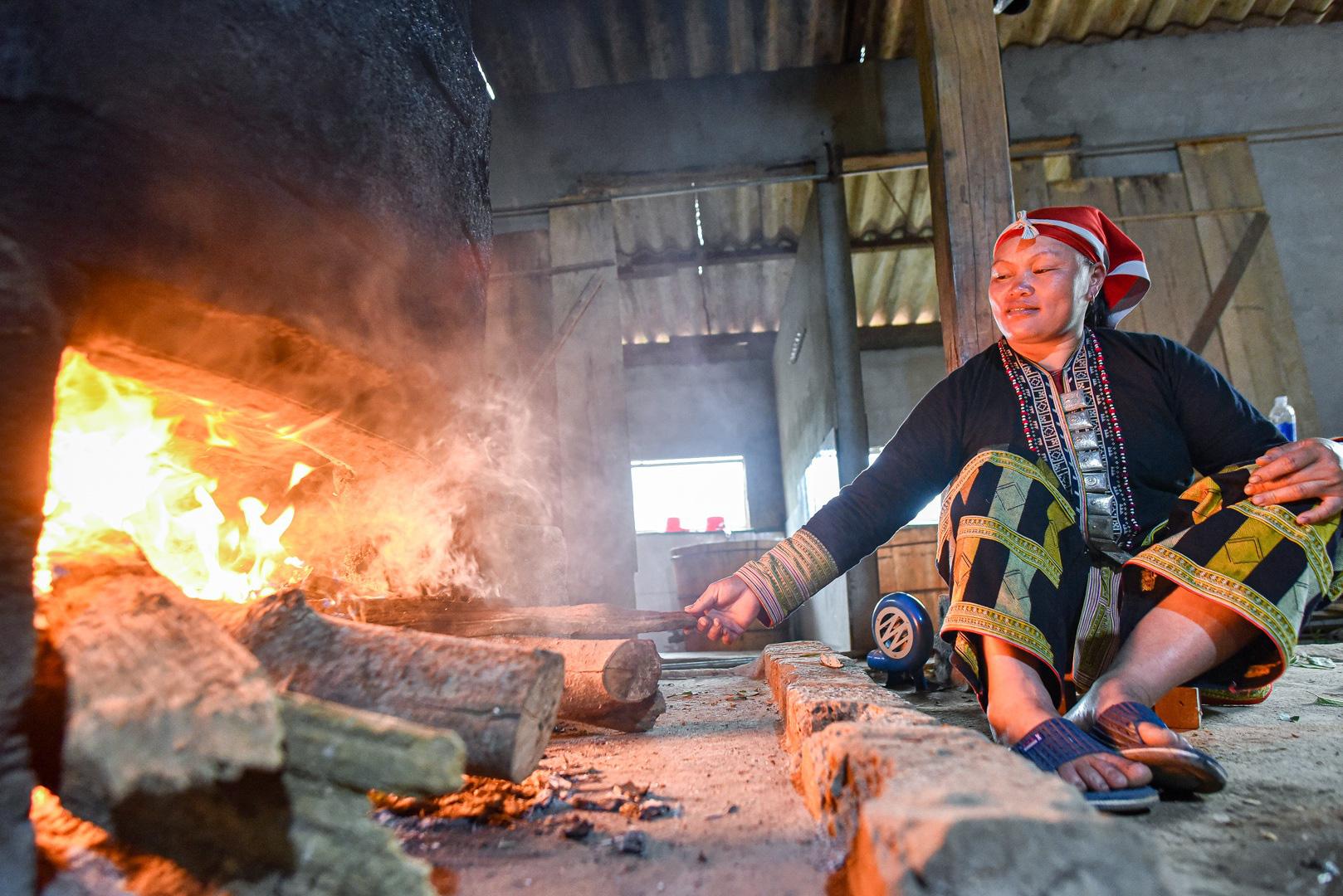 """Lào Cai: Vượt suối, băng rừng tìm 30 loại lá thuốc khác nhau về làm thuốc tắm """"thần dược"""" - Ảnh 13."""