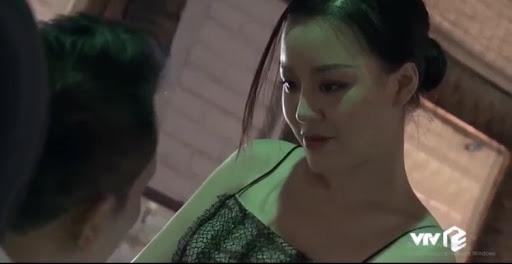 Đối thủ một thời của H'Hen Niê bất ngờ hôn ngấu nghiến bạn diễn trên sóng truyền hình - Ảnh 1.