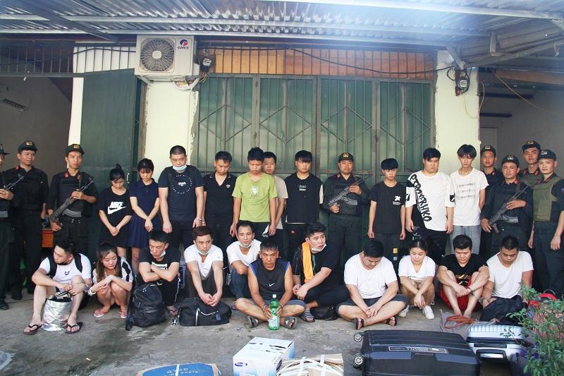 Hàng trăm cảnh sát vây bắt 21 người Trung Quốc trốn truy nã trong ngôi nhà hoang - Ảnh 1.