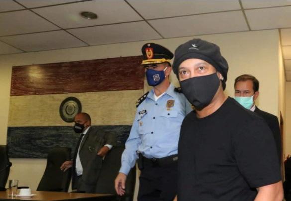 Gật đầu nhận tội, Ronaldinho được trả tự do tại Paraguay - Ảnh 1.
