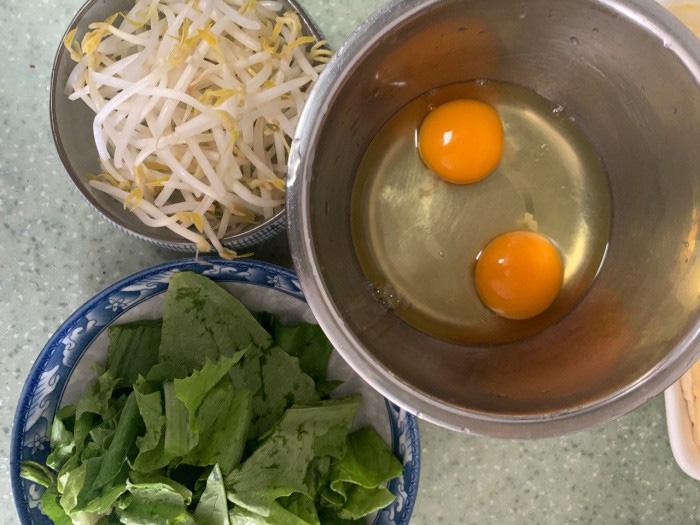 """Mì xào trứng """"10 phút"""" cho bữa sáng ngon lành, bổ dưỡng - Ảnh 1."""