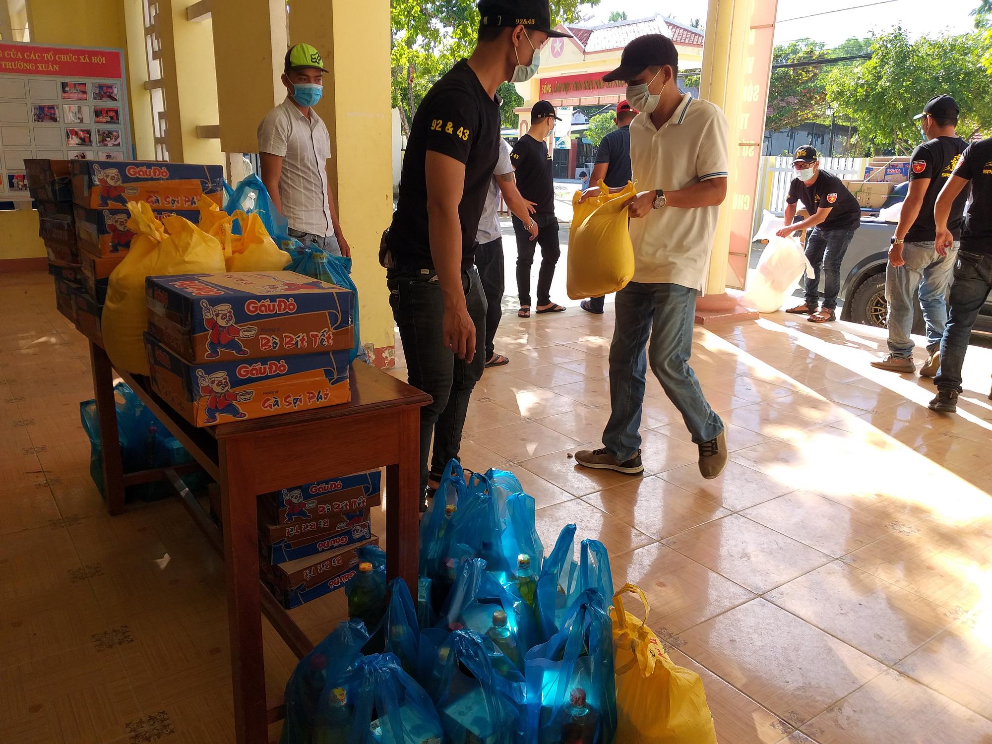 Dịch Covid-19: 400 suất quà đến với người dân khó khăn ở Quảng Nam - Ảnh 1.