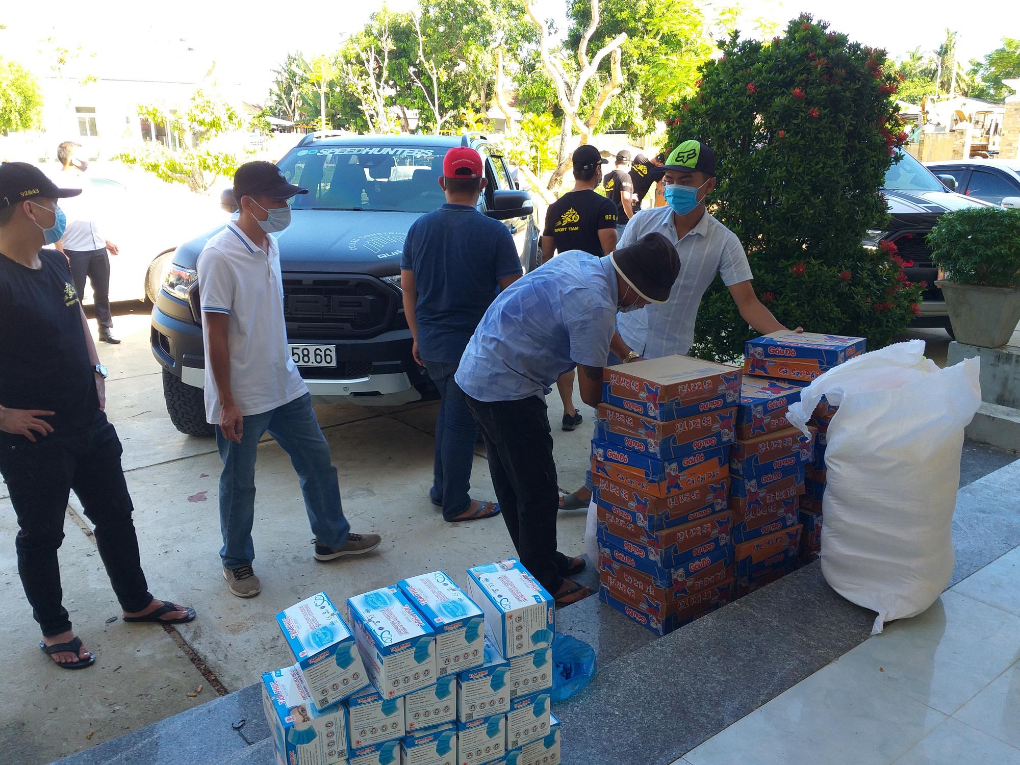 Dịch Covid-19: 400 suất quà đến với người dân khó khăn ở Quảng Nam - Ảnh 2.