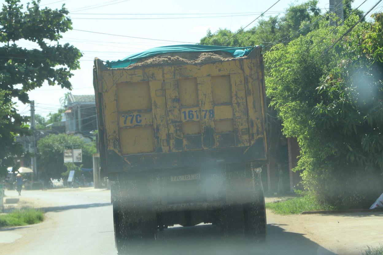 """Bình Định: """"Hung thần"""" xe tải """"phá nát"""" đường, dân bức xúc, Thanh tra, CSGT ở đâu(?) - Ảnh 6."""
