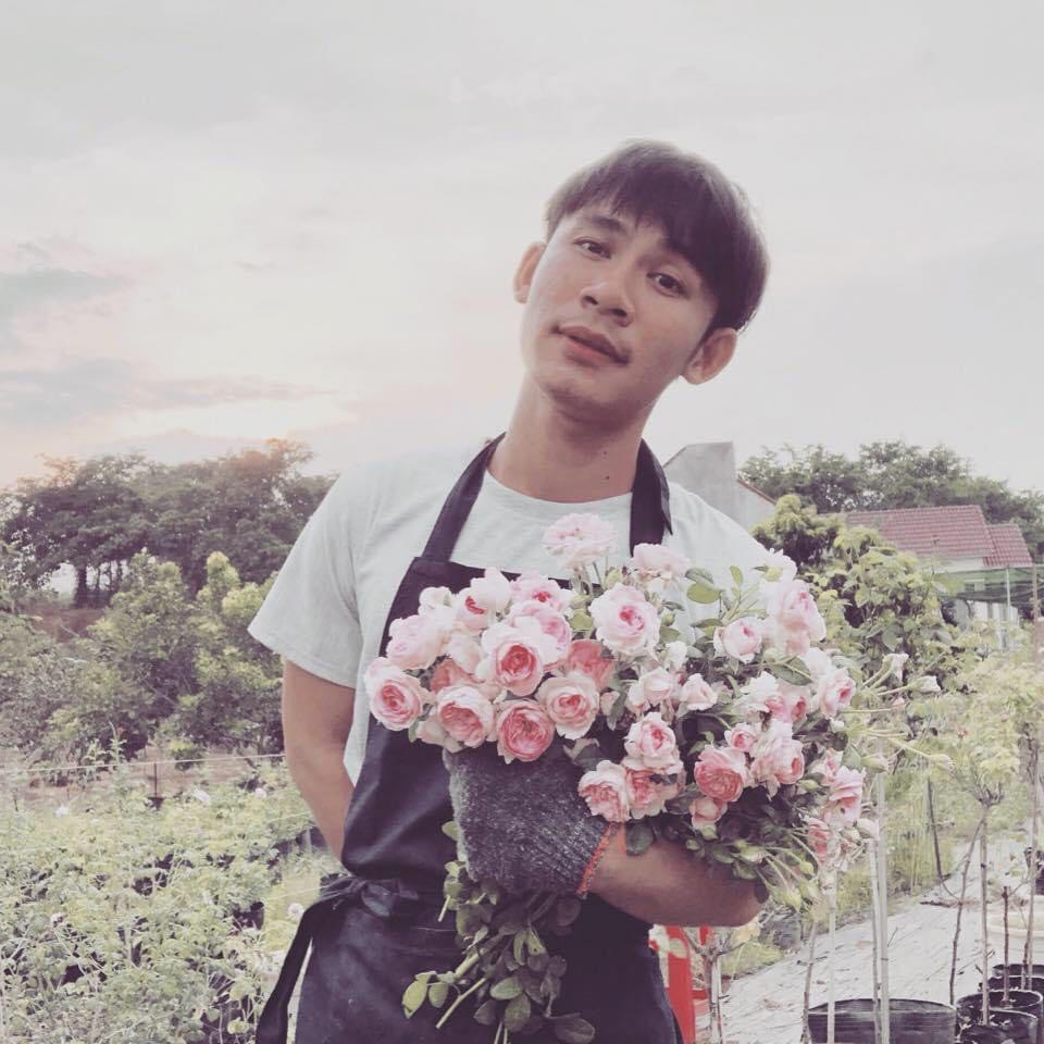 Chàng trai 23 tuổi - thanh xuân rực rỡ mỗi ngày chăm 2.000 gốc hồng, nuôi cá và trồng rau, cây ăn quả - Ảnh 2.