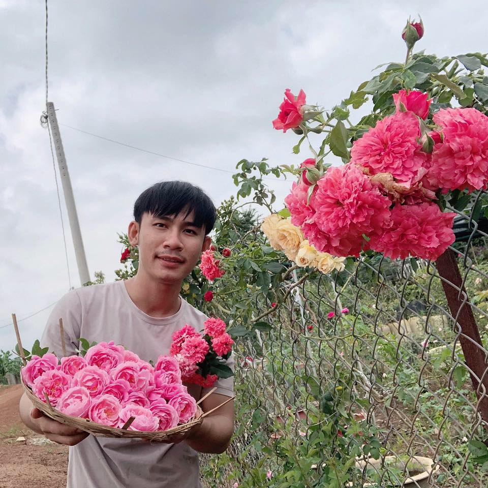 Chàng trai 23 tuổi - thanh xuân rực rỡ mỗi ngày chăm 2.000 gốc hồng, nuôi cá và trồng rau, cây ăn quả - Ảnh 1.
