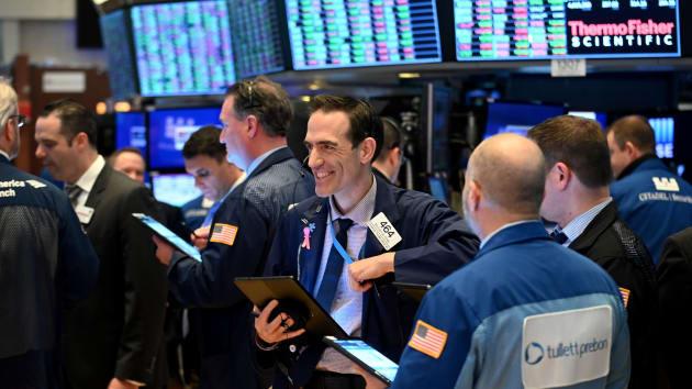 Dow Jones tăng 250 điểm bất chấp dữ liệu việc làm đáng thất vọng - Ảnh 1.
