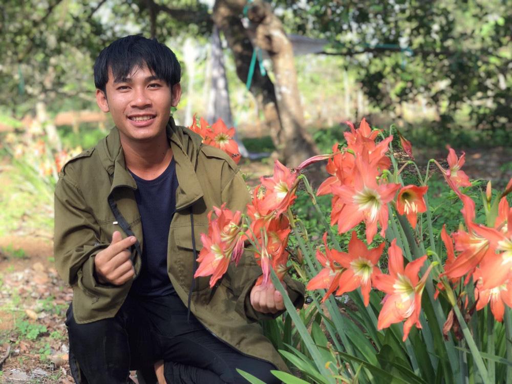 Chàng trai 23 tuổi - thanh xuân rực rỡ mỗi ngày chăm 2.000 gốc hồng, nuôi cá và trồng rau, cây ăn quả - Ảnh 5.