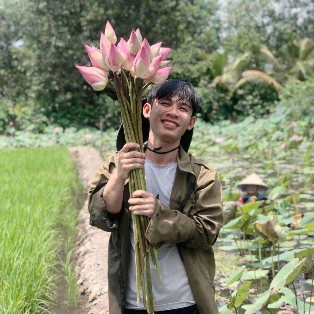 Chàng trai 23 tuổi - thanh xuân rực rỡ mỗi ngày chăm 2.000 gốc hồng, nuôi cá và trồng rau, cây ăn quả - Ảnh 6.