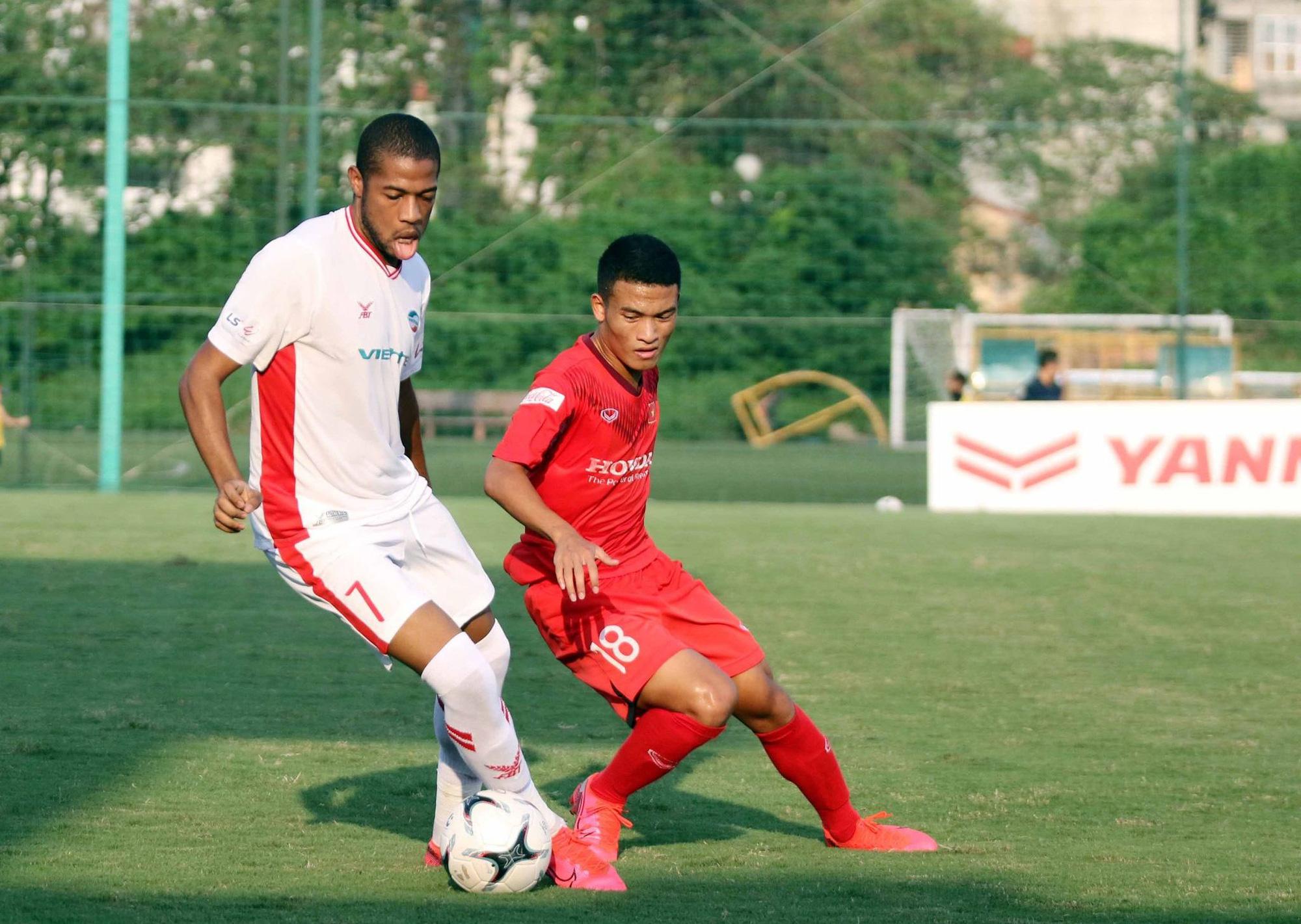Ngoại binh Caique của Viettel đã ghi 1 bàn trong cuộc đọ sức với U22 Việt Nam. Ảnh: Đức Đoàn