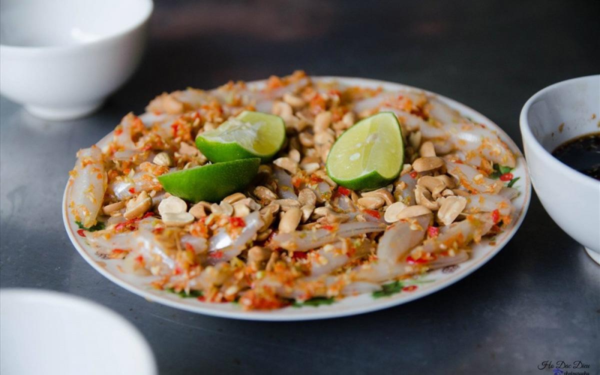 """Bình Định: Thứ gỏi cá được ví như """"sushi"""" phiên bản Việt, tươi rói, giòn tan, nồng nàn vị biển - Ảnh 1."""