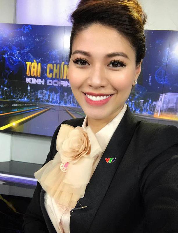 """BTV Ngọc Trinh của VTV thu hút khán giả với gu thời trang thanh lịch, đồ hiệu """"chất lừ"""" - Ảnh 1."""