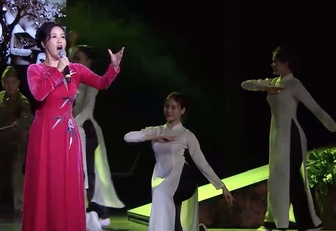 """Casĩ Trọng Tấn, Tân Nhàn biểu diễn trong chương trình """"Tổ quốc tôi chưa đẹp thế bao giờ""""  - Ảnh 1."""