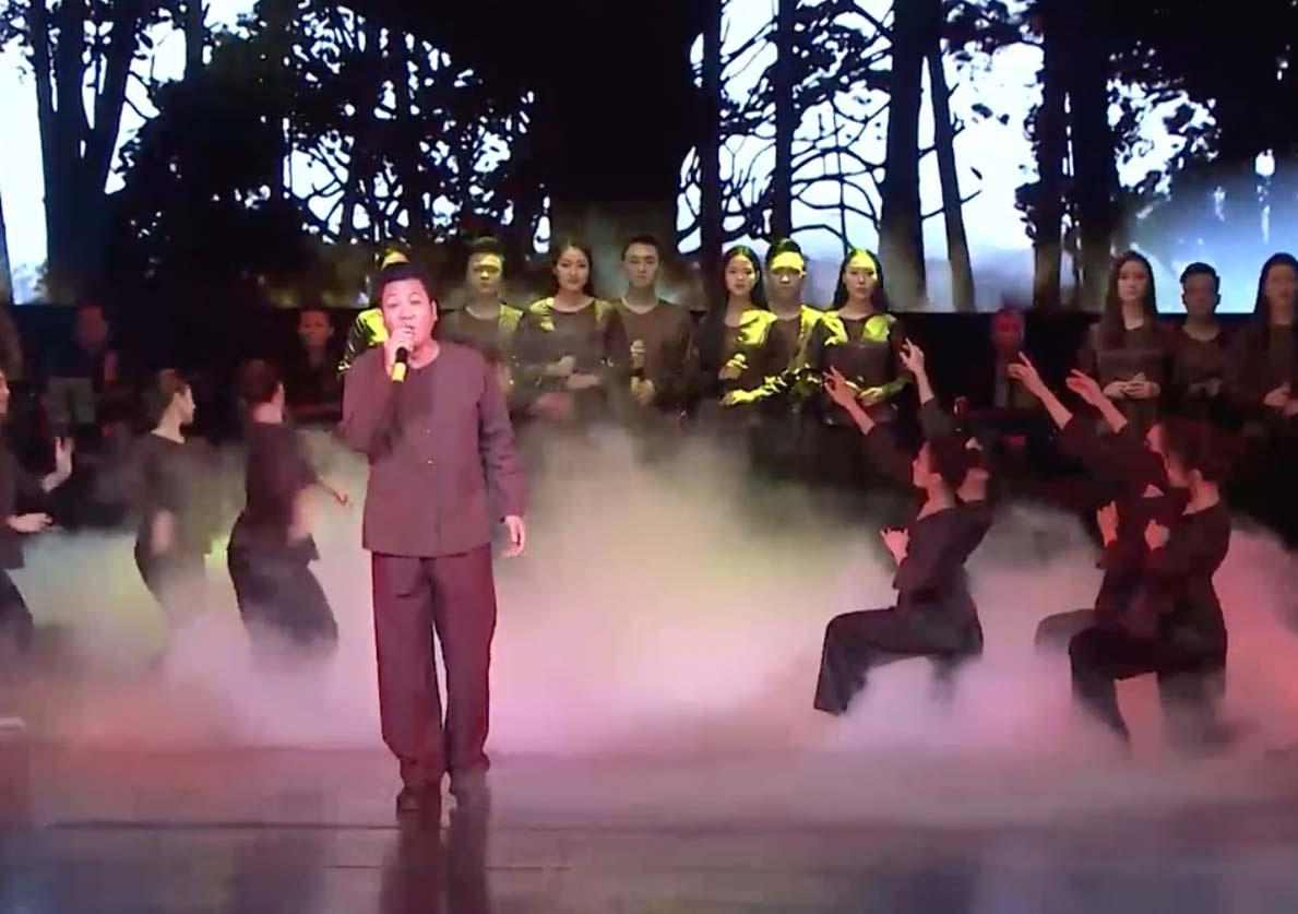 """Casĩ Trọng Tấn, Tân Nhàn biểu diễn trong chương trình """"Tổ quốc tôi chưa đẹp thế bao giờ""""  - Ảnh 2."""