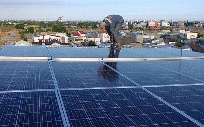 Ồ ạt đầu tư điện mặt trời mái nhà để hưởng giá cao  - Ảnh 1.