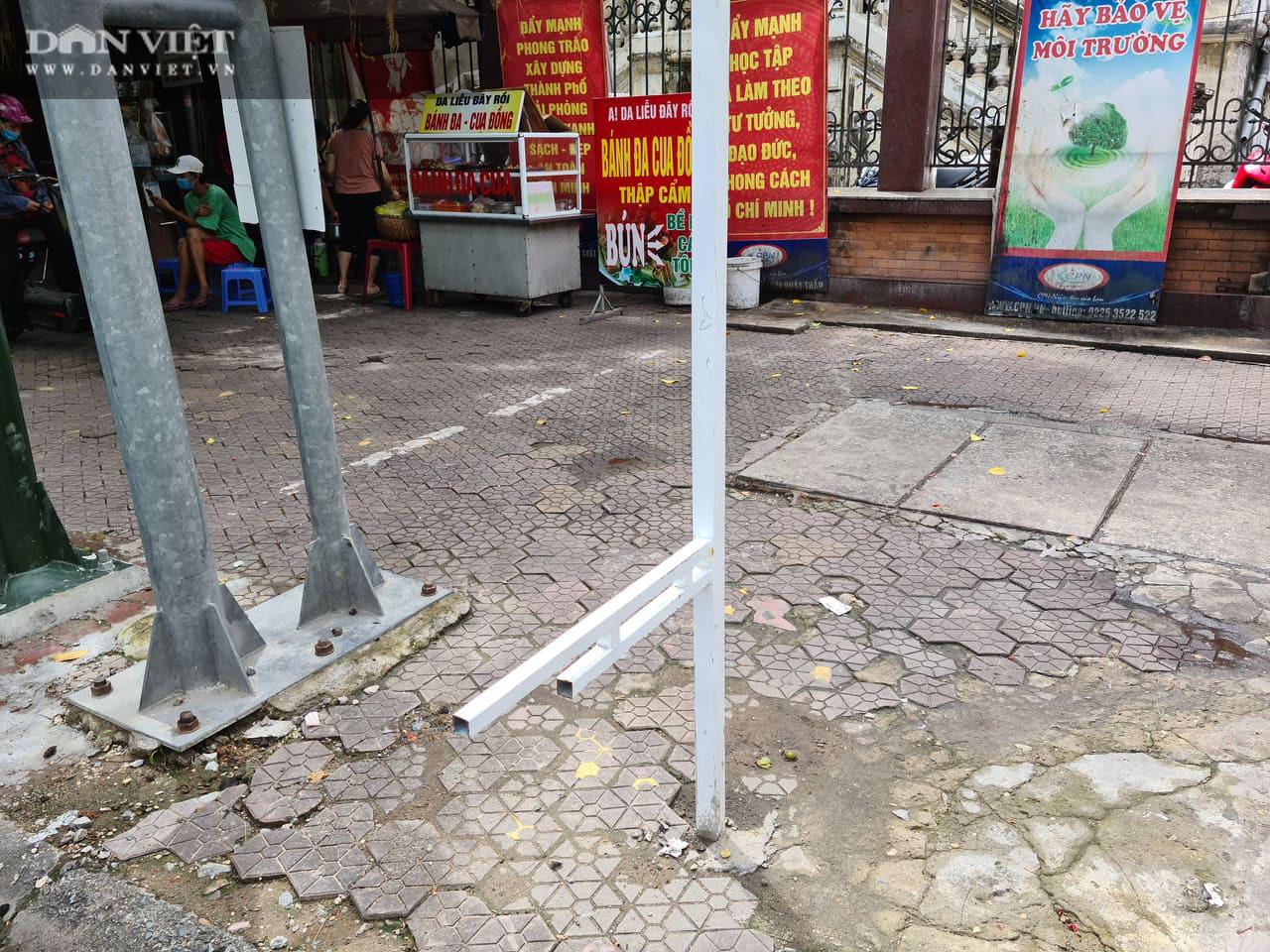 Hải Phòng: Yêu cầu xác minh, làm rõ việc cọc sắt chôn dày đặc trên phố gây nguy hiểm cho người dân - Ảnh 1.