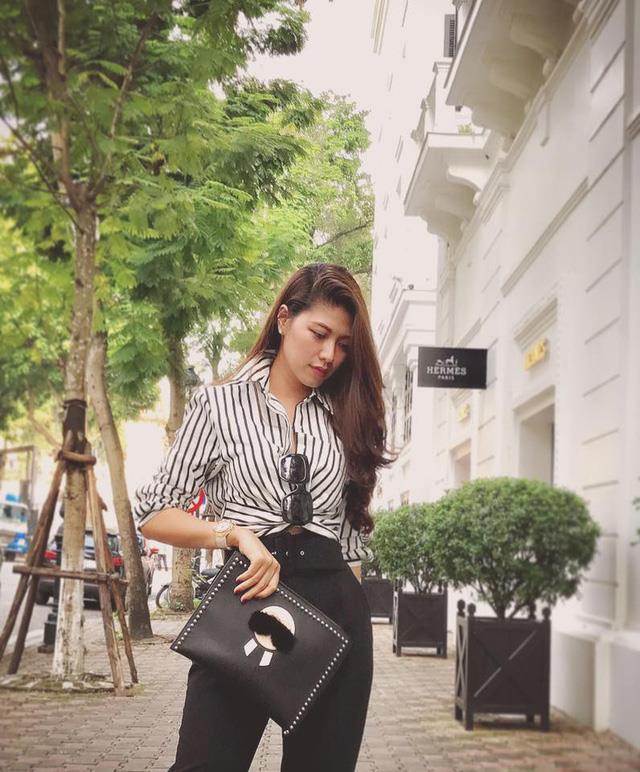 """BTV Ngọc Trinh của VTV thu hút khán giả với gu thời trang thanh lịch, đồ hiệu """"chất lừ"""" - Ảnh 5."""