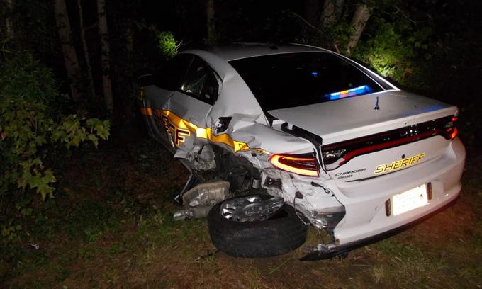 Tin xe (28/8): Tài xế dán mắt vào điện thoại, đâm thẳng vào xe cảnh sát - Ảnh 1.