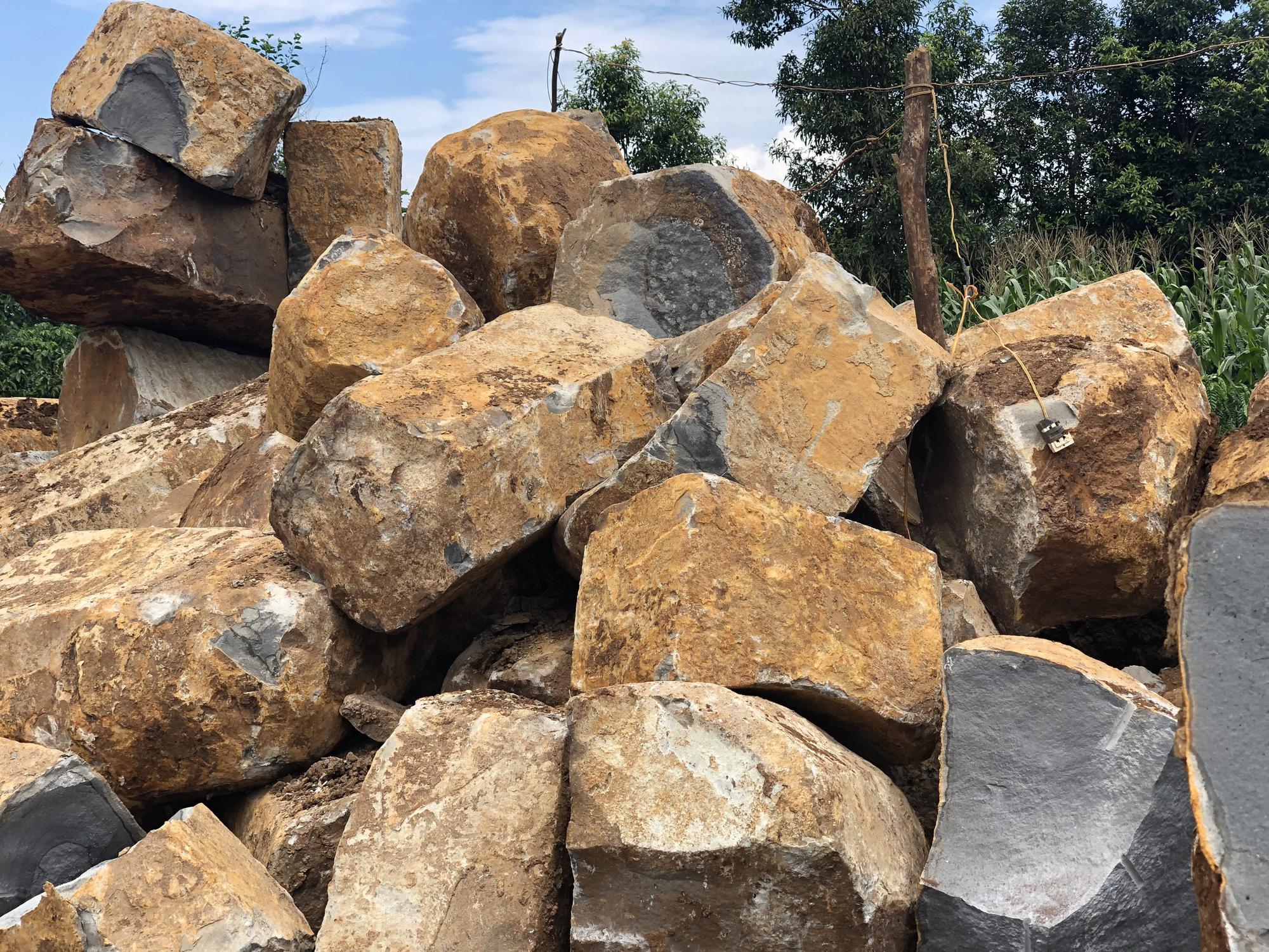 """""""Đá tặc"""" ngang nhiên dùng máy múc khai thác hàng trăm khối đá trái phép - Ảnh 2."""