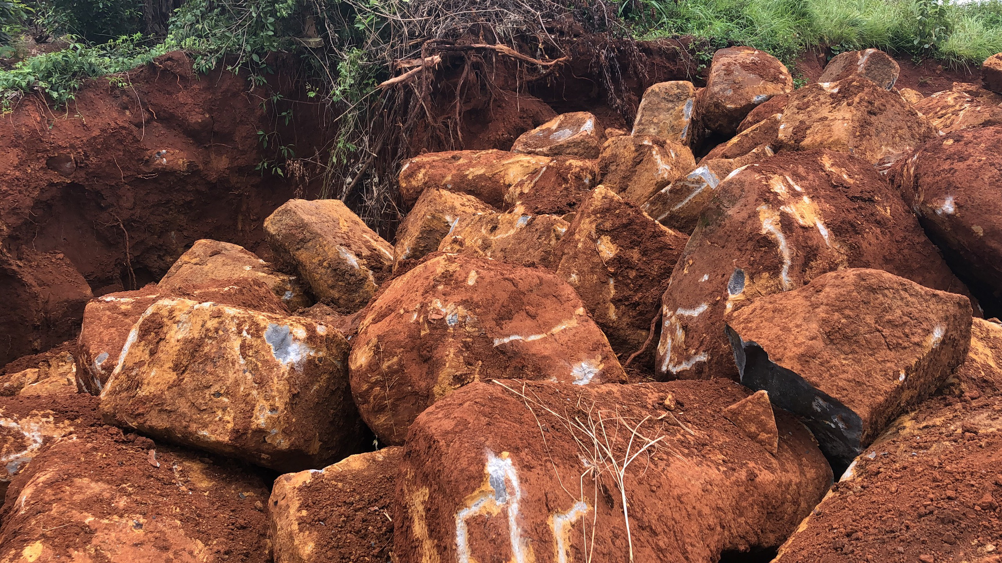"""""""Đá tặc"""" ngang nhiên dùng máy múc khai thác hàng trăm khối đá trái phép - Ảnh 6."""