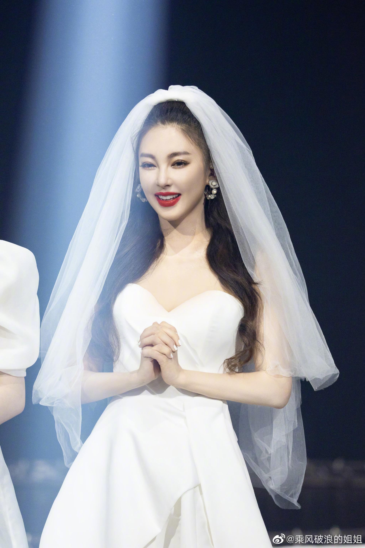 """""""Song Hye Kyo Trung Quốc"""" gây """"sốt"""" mạng vì mặc váy cưới mong manh đẹp tựa nữ thần - Ảnh 1."""