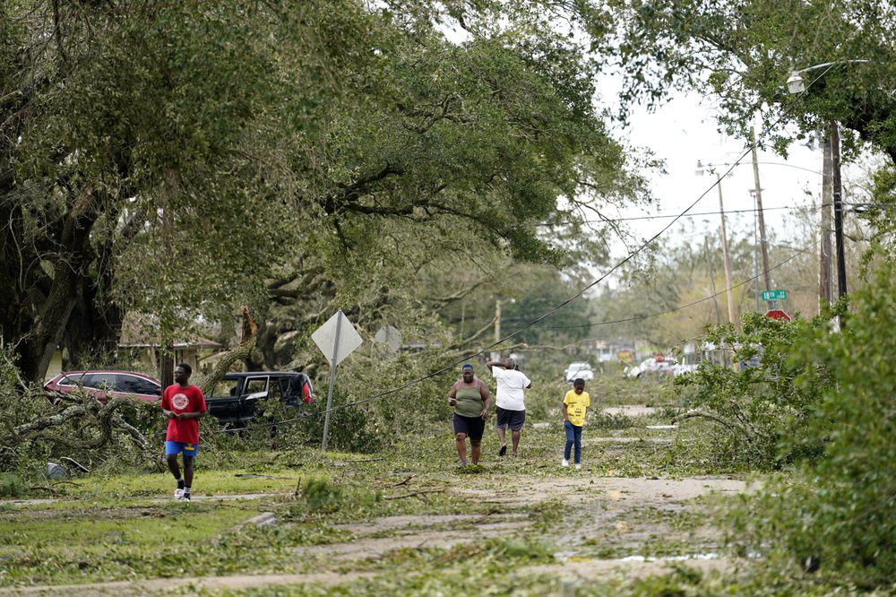 Siêu bão Laura tàn phá nặng nề trên đất Mỹ - Ảnh 1.