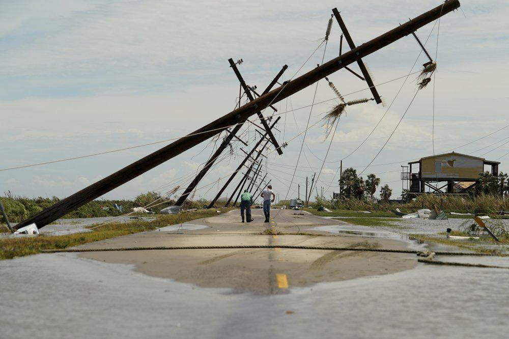 Siêu bão Laura tàn phá nặng nề trên đất Mỹ - Ảnh 3.