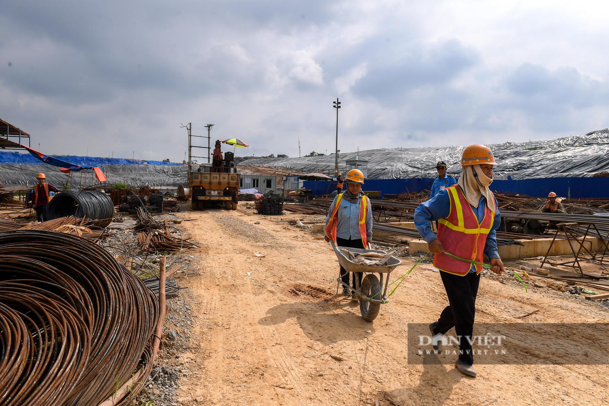Công nhân gấp rút thi công dự án biến rác thành điện trị giá 7.000 tỷ đồng - Ảnh 5.