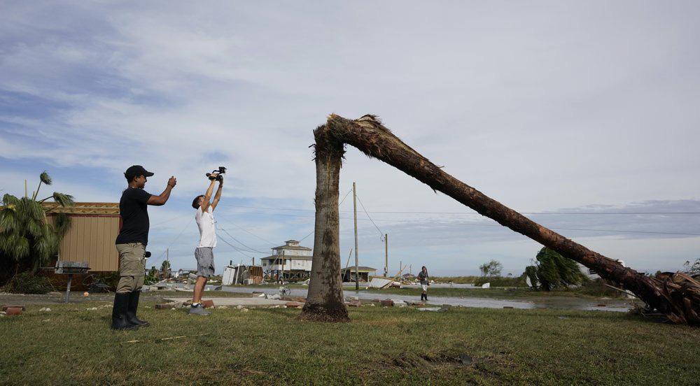 Siêu bão Laura tàn phá nặng nề trên đất Mỹ - Ảnh 9.