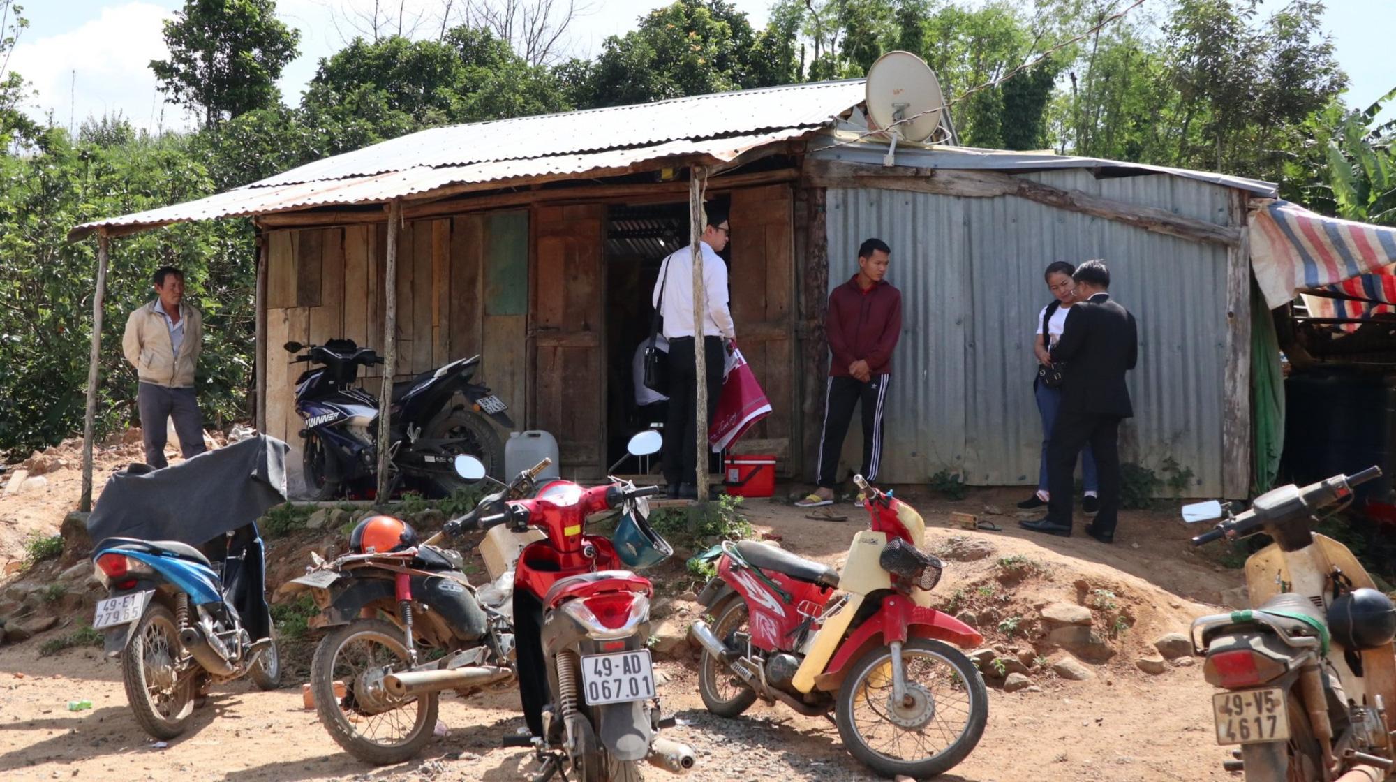 ABIC Đắk Lắk phối hợp với Agribank Lâm Đồng tạm ứng bồi thường 100 triệu đồng trong vụ ô tô ủi bay 30m hàng rào - Ảnh 1.