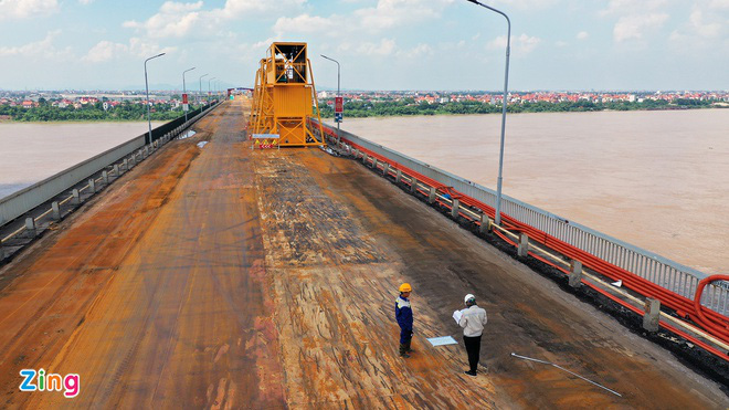 Đuổi việc nhóm công nhân ném phế liệu từ cầu Thăng Long - Ảnh 2.