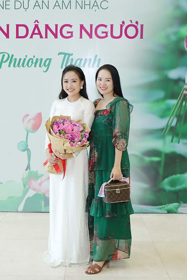 """Ca sĩ Phương Thanh bật khóc khi nói lời cám ơn bố mẹ trong ngày ra mắt """"Hương Sen dâng Người""""  - Ảnh 2."""