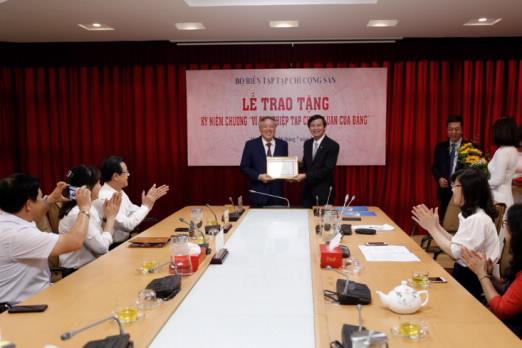 Tặng Kỷ niệm chương cho Chánh án Tòa án nhân dân tối cao Nguyễn Hoà Bình - Ảnh 1.