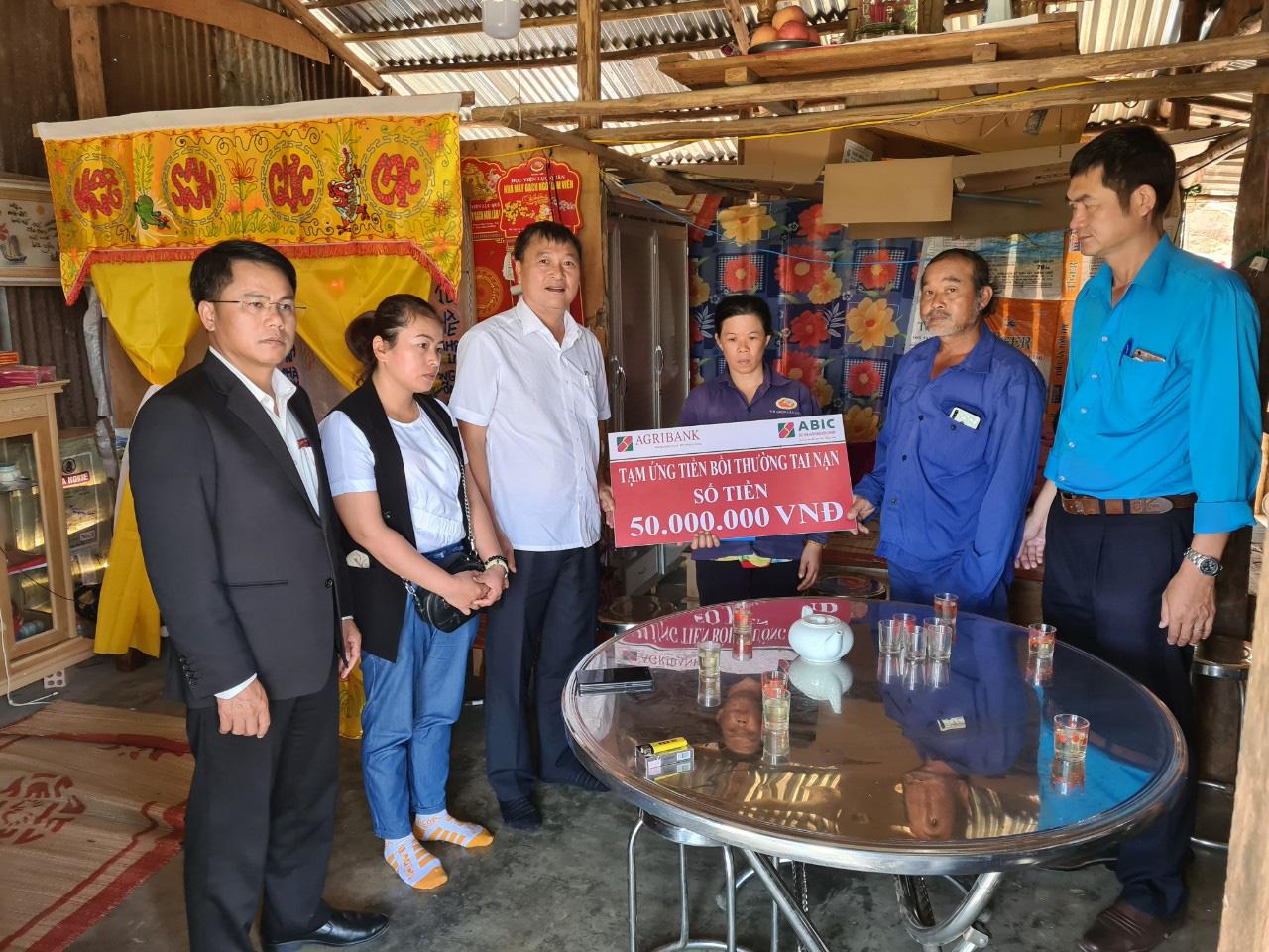ABIC Đắk Lắk phối hợp với Agribank Lâm Đồng tạm ứng bồi thường 100 triệu đồng trong vụ ô tô ủi bay 30m hàng rào - Ảnh 4.
