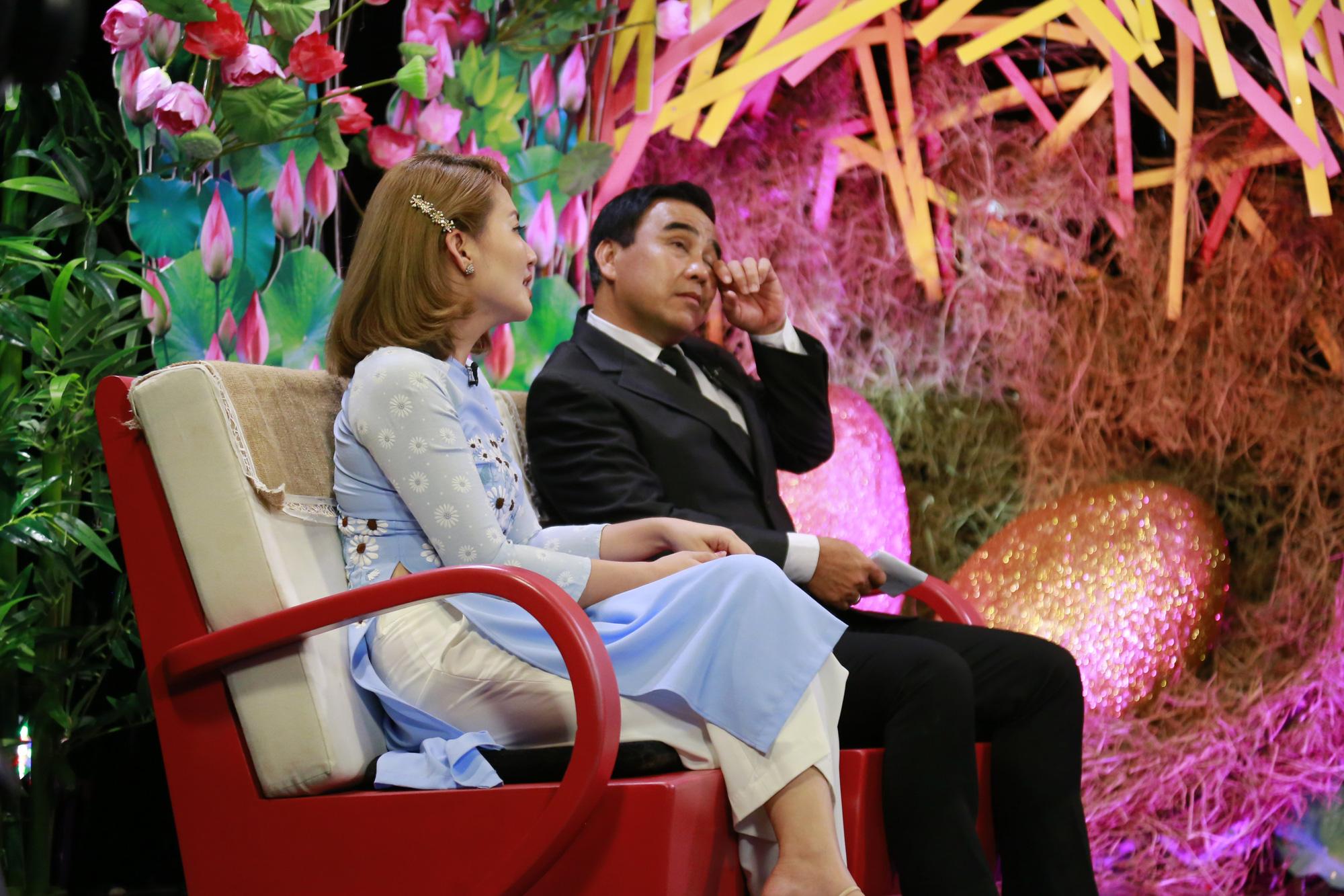 Quyền Linh, Ngọc Lan xúc động khi dẫn chương trình chuyện tình của các cụ ông, cụ bà - Ảnh 1.