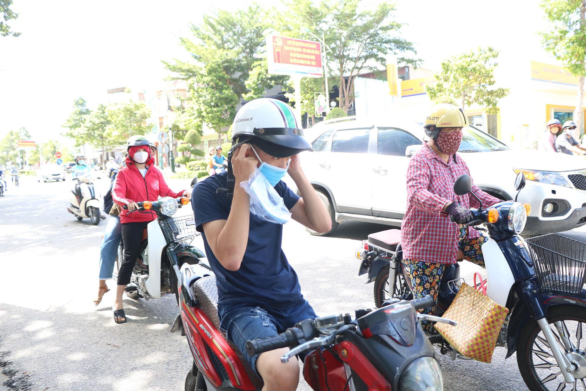 Ninh Thuận: Phát hàng trăm chiếc khẩu trang cho người dân đi đường - Ảnh 1.
