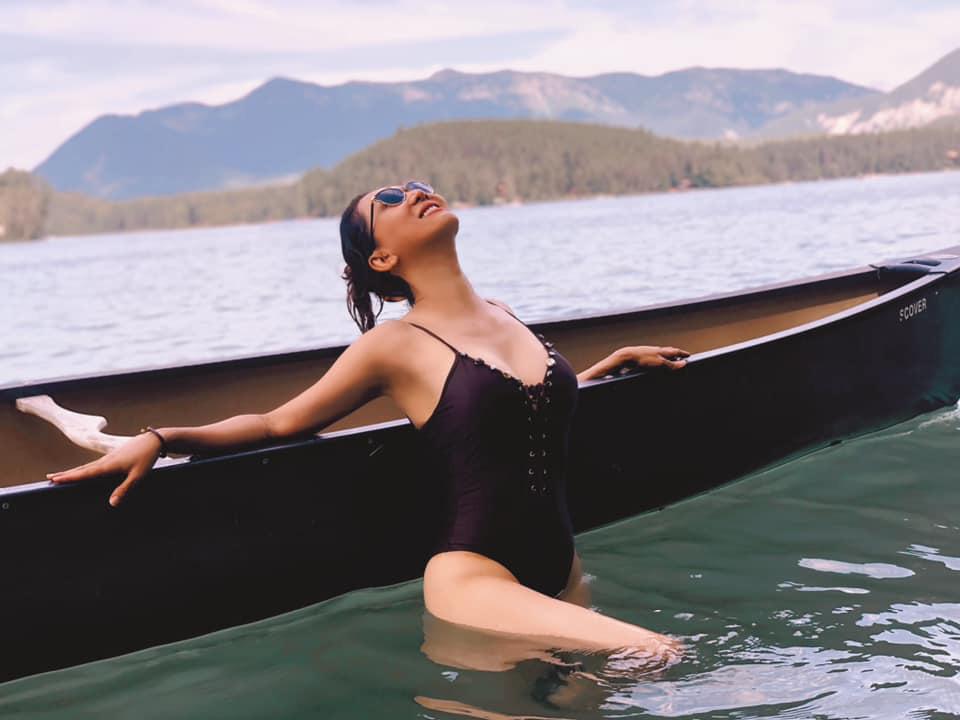 """Tuổi U60, MC Kỳ Duyên vẫn mặc bikini quyến rũ hút mắt dẫn đầu hội mỹ nhân đẹp """"quên tuổi"""" - Ảnh 2."""